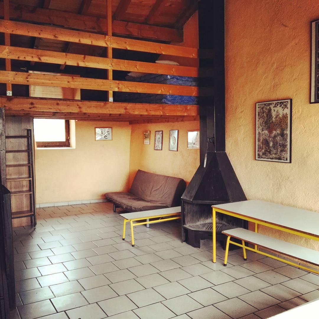 Sala de dalt amb llar de foc i altell Idealhellip